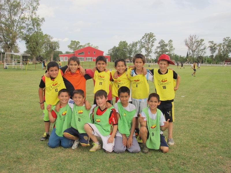 Niños de Derqui jugando en el campo deportivo de APDES